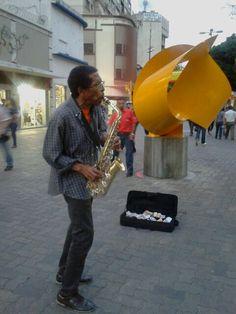 Al salir del trabajo, camino a casa me conseguí también a un saxofonista con buena música para compartir :)  Sabana Grande Venezuela - Caracas SinFiltro