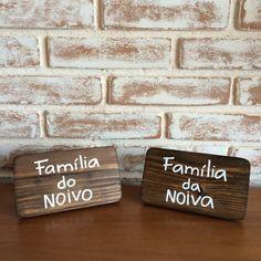 Plaquinhas estilo porta-retrato para marcação de mesas reservadas. Feitas em madeira e personalizáveis.