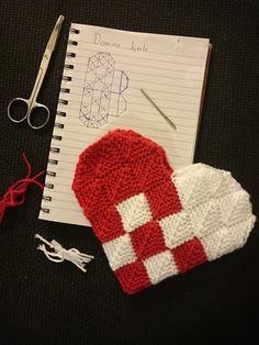 Domino hjerte Mini Christmas Stockings, Christmas Hearts, Christmas Diy, Knitting Patterns, Crochet Patterns, Christmas Knitting, Crochet Christmas, Knitted Heart, Vintage Christmas Images