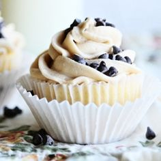 French Vanilla Cupcakes with Chocolate Chip Cookie Dough Frosting--choc. chip cookie dough cupcakes, too! Beaux Desserts, Just Desserts, Delicious Desserts, Yummy Food, Cupcake Torte, Cupcake Cookies, Cookie Dough Frosting, Chocolate Chip Cookie Dough, Cupcake Frosting