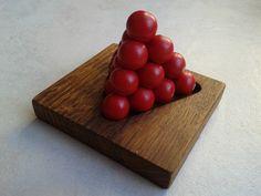 Le jeu de la semaine un casse tête : la mini pyramide des pharaons. Vous avez 6 pièces : 2 de 4 boules et 4 de 3 boules. L'objectif est de reconstituer une pyramide comme sur la photo afin que votre pharaon vous recouvre de pièce d'or (sinon ce sera les crocos ^^). . Petit casse tête fort amusant, on a vite tendance à vouloir créer une pyramide contemporaine ^^ A vous de jouer et à bientôt sur Plaisir d'Antan pour d'autres jeux originaux…