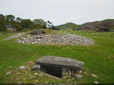 Steinkreise Menhire und Gräber - Temple Wood ()  Temple Wood (Schottland) ist ein großes Areal neben vielen Menhiren sind hier auch Cairns und Steinkreise zu finden teilweise mit Gravuren auf den Steinen. Bemerkenswert sind die Steinkisten in den Kreisen und anders als in vielen anderen Ländern darf man hier alles anfassen und auch betreten.