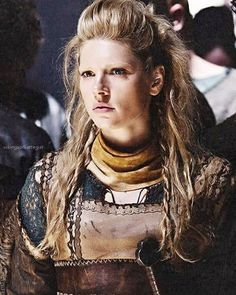 Katheryn Winnick as Lagertha on Vikings. Her hair-do is badass - Correction: her everything is badass. Vikings Tv Show, Ragnar Vikings, Vikings Tv Series, Ragnar Lothbrok, Katheryn Winnick, Bracelet Viking, Viking Series, Viking Shield, Viking Warrior