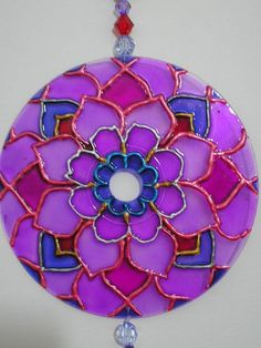 Mandala em CD, colorida com verniz vitral e tinta relevo.
