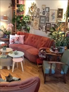 #intratuingroeneoase Q's Pink & Green Wonderland! - vintage - 50's - bohemian - eclectic - urban jungle - pink velvet retro couch kidney shape - gallery wall