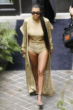 Kim Kardashian mallinnus alaston