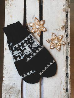 Min nyeste oppskrift ligger nå ute for salg. Inspirert av norsk tradisjonstrikk🤍 . #knitting #knittersofinstagram #knittingaddict #knittinglove #nillestrikk #nillenorge #lindegarn #lindestrikk #housofyarn_norway #strikkedilla #strikk #strikkeinspo #supportsmallbusiness #christmas #julegavetips #interiordetails Needles Sizes, Mittens, Ravelry, Christmas Stockings, Knitting Patterns, December, Wool, Holiday Decor, Projects