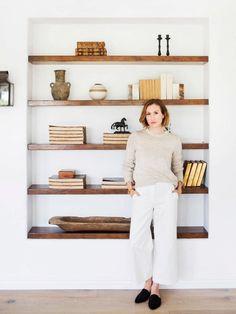 Einbauregal mit dunklem Holz. Praktisch, natürlich und sehr elegant!   Inside Katherine Power's Carefully Curated Beverly Hills Home