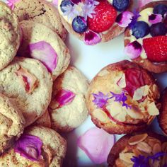 sweet treats with edible flowers from greensofdevon.com
