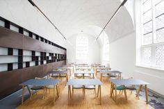 Construido en 2015 en Delft, Holanda. Imagenes por Arnaud Roelofsz Den Haag. Introducción:   La biblioteca antiguaes un diseño de estilo renacentista por el arquitecto J.A.W.Vrijman, construida entre 1912 y 1915. Después de...