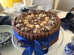#Bolo de chocolate com brigadeiros gourmet e amandita