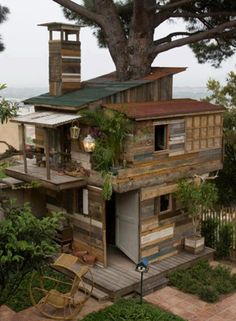 pallet tree house - the kids want this #pin_it #DIY #wood #furniture @mundodascasas www.mundodascasas.com.br