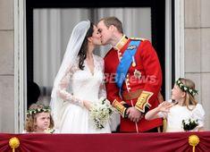 【4月30日 AFP】29日、英ロンドンのバッキンガム宮殿(Buckingham Palace)前に集まった群衆が一斉にキスをせがむ中、花嫁の付添人を務めた1人の少女だけが、眉間にしわを寄せて目の前で起きている珍事を眺めていた。