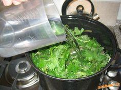 Na jednu davku : do vacsieho hrnca (ja mam 8 litrovy) dame do polovice bylinky,ale kludne aj do plna...