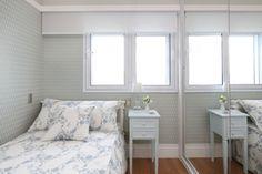 Suíte viúva, com papel de parede,  cama, criado mudo em laca azul, piso de madeira, janela acustica, cortina rolo. Quarto decorado, decoração, quarto solteiro, quarto romantico. Reforma e decoracao apto completo