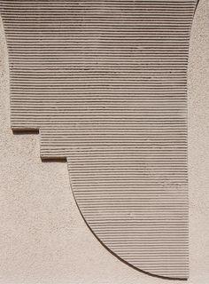 Platte drauf und fertig: Beim Sanieren von Gebäuden ohne Denkmalschutz wird häufig ein Wärmedämmverbundsystem einfach stur in homogener Stärke über die Bestandsfassade gezogen. Nicht so beim Abgeordnetenhaus in der Ismaninger Straße in München.