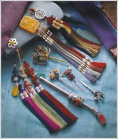 Hanbok Accessories: Norigae XD and these. Korean Traditional Clothes, Traditional Fashion, Traditional Dresses, Traditional House, Korean Hanbok, Korean Dress, Korean Outfits, Korean Accessories, Korean Jewelry