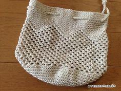 先日、公開したネット編みと畝編みのバッグとお揃いの巾着、編み図書けました!バッグは、下側にギザギザの模様が入ってますが、まったく同じというのもなんなので、上側に模様を入れてみました^^中に物を入れてみたところは、こんな感 Crochet Pouch, Crochet Lace, Net Bag, Tapestry Bag, Boho Bags, Crochet Handbags, Knitted Bags, Handicraft, Purses And Bags