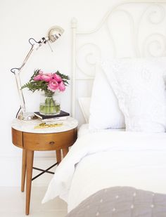 6 real homes nailing mid-century style Bedside Table Inspiration, Home Decor Inspiration, Home Bedroom, Bedroom Decor, Bedroom Ideas, Master Bedroom, White Apartment, Shabby Chic Bedrooms, Mid Century Style