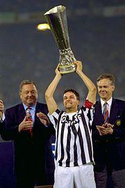 Storia della Juventus Football Club - Roberto Baggio alza al cielo la Coppa UEFA 1992-1993 vinta sul Borussia Dortmund.