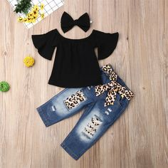 Compra Baby Solid Flutter-sleeve Off Shoulder Top and Leopard Print Bowknot Jeans with Headband Set en Patpat US, hecho en China, envío gratis. Baby Girl Party Dresses, Cute Baby Girl Outfits, Baby Outfits Newborn, Cute Baby Clothes, Toddler Outfits, Baby Girls, Baby Dress, Kids Outfits, Kids Girls