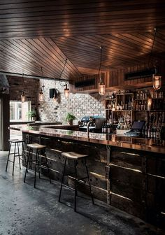 Bar funde estilos rústico e industrial