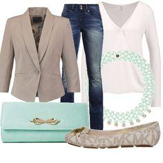 Un outfit giovane, ma chic, composto da jeans Guess accostati a blazer color sabbia e blusa bianca. Gli accessori color Tiffany donano una delicata nota di colore.
