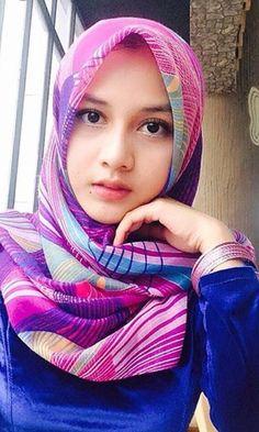 Pin Image by Bunda Hijaber Beautiful Hijab Girl, Beautiful Muslim Women, Hijabi Girl, Girl Hijab, Hijab Online Shopping, Tutorial Hijab Pesta, Arabian Beauty Women, Hijab Niqab, Muslim Women Fashion