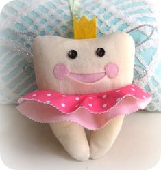 Ever since I saw this tooth fairy pillow on mmmcrafts I just knew I had to make one. Well, I finally found the time to make two of them! Sewing For Kids, Diy For Kids, Crafts For Kids, Arts And Crafts, Tooth Pillow, Tooth Fairy Pillow, Sewing Crafts, Sewing Projects, Projects To Try