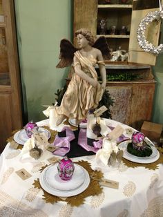 Gold and lavender holiday table at Wisteria