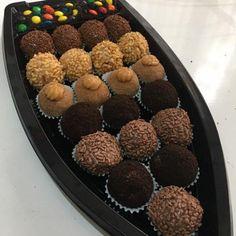 Doce Gourmet é o único curso que ensina receitas em videos do brigadeiro gourmet, bolo no pote, palha italiana, pipoca gourmet e brownie.Quer trabalhar em casa com um negócio altamente lucrativo que te dá muito orgulho e satisfação? #docegourmet #tortinhasdagabi #bolo #amobolo #bolovulacao #vulcaodechocolate #chocolate #amochocolate #morango #amomorango #doce #kitzcakes #brigadeiro #chadebebe #ovelha #chadebebetematico #festin Chocolates, Bliss Balls, Confectionery, Cake Pops, Donuts, Raspberry, Muffin, Yummy Food, Sweets