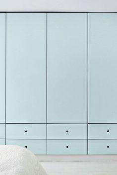Hoge kledingkast in de slaapkamer. Strakke, simpele afwerking Modern and clean built in closet in pale bleu/green