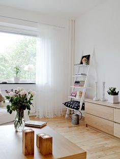 La classica scala a pioli che teniamo in casa per raggiungere i lampadari e levare le tende, si può trasformare in un oggetto utile - e anche bello!
