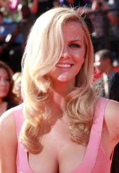 Swimsuit Model Brooklyn Decker stuns in '40's styled curls at the 2010 ESPY Awards