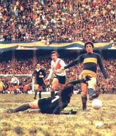 Claudio García Cambón convierte uno de su cuatro goles en su debut frente a River con la camiseta de Boca