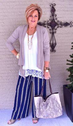 Essa é a Tania Stephens, blogueira de moda norte-americana. Gosto muito dos looks da Tania e fiquei apaixonada por essa combinação de cardigan sobre camiseta com renda. Eu simplesmente AMO renda. Fonte: blog 50 is not old