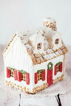 Simple red and white gingerbread house Gingerbread House Ideas - Gingerbread Decorating Ideas - Cookie Decorating Ideas - Holiday Season - Christmas Cookies Merry Little Christmas, Noel Christmas, Christmas Goodies, Christmas Treats, Christmas Baking, Christmas Decorations, Xmas, Swedish Christmas, White Christmas