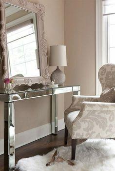 luxus zimmer mit weichem teppich in weiß sessel und eleganten schminktisch