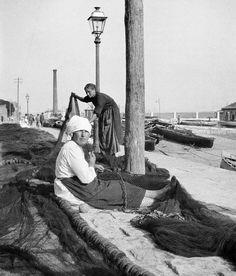 | SANTANDER La evolución histórica de San Martín Imagen de las rederas trabajando en San Martín, realizada por Antonio Faci