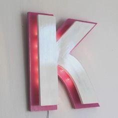 Lettre lumineuse en bois rose et blanche patiné k style enseigne