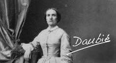 Sur cette photo, un des rares portraits de Julie-Victoire Daubié. Elle a été prise au milieu du XIXe siècle, lorsque la photographie commence à se développer. (© Arielle KREBS) - Dossier 1jour1actu - Les portraits