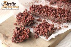 Queste barrette di riso soffiato al cioccolato sono particolarmente indicate per la merenda dei bambini. Facili e veloci da preparare sono meglio conosciute in commercio con il nome di Cerealix.