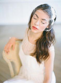 Voilette avec dentelle www.orchideedesoie.com Wedding Accessories | Lace Birdcage veil  By Greg Finck Photography  #voilette #birdcageveil #bride #paris #dentelle #bijouxmariage #bijouxtête #coiffuremariée