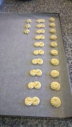Pasta frolla montata. Grazie alla sua cremosità e morbidezza si presta bene all'utilizzo del sac a poche per creare le forme più svariate Italian Pastries, Italian Desserts, Mini Desserts, Cookie Desserts, Cookie Recipes, Biscotti Cookies, Galletas Cookies, Cake Cookies, Birthday Sweets