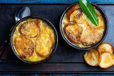 La croûte au fromage est un plat qui se présente sous forme de tranches de pain trempées dans du vin blanc, recouvert d'une garniture au …