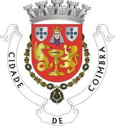 """… """"O Brasão apresenta então, no meio a Princesa Cindazunda, o cálice simboliza o casamento, o leão dourado, o rei Ataces e o dragão verde (no original), o rei Hermenerico"""". As actuais armas da Cidade de Coimbra estão definidas pela Portaria nº 6959, de 14 de Novembro de 1930 e diz: """"De vermelho com uma taça de ouro realçada de púrpura, acompanhada de uma serpe alada e um leão batalhantes, ambos de ouro e lampassados de púrpura. Em chefe um busto de mulher, coroada de ouro, vestida (cont.1)"""