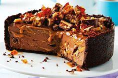 Το cheesecake με snickers είναι η μετουσίωση της αγαπημένης σοκολάτας σε ένα δροσερό και σοκολατένιο γλυκό !
