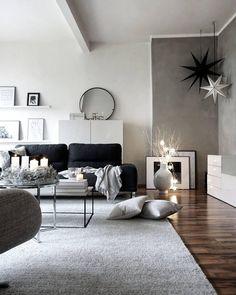 Das Wohnzimmer von Anika Pries ist minimalistisch, simpel, skandinavisch und dennoch super gemütlich und voller liebevoller Details. Die Sofalandschaft, kuschelige Samt-Kissen und ein flauschiges Plaid laden zum Entspannen ein. Kerzenschein und eine stimmungsvolle Lichterkette sorgen für Wohlfühlambiente. // Wohnzimmer Fell Ideen Einrichten Skandinavisch Blogger Interior Sofa Kissen Pouf #WohnzimmerIdeen #AnikaPries #Wohnzimmer @stilreichblog
