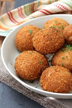 These Kare Pan, or Curry Buns, consist of Japanese curry wrapped in yeasted bread dough, coated with panko, and then deep fried. Japanese Buns, Japanese Food, Japanese Recipes, Curry Buns, International Recipes, Asian Recipes, Cooking Recipes, Cooking Tips, Food And Drink