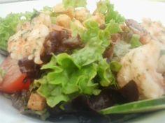 Ensalada con tomate, gambas y picatostes. Los picatostes son de la Tahona. En Tahona Artesanal Gourmet Bilbao.